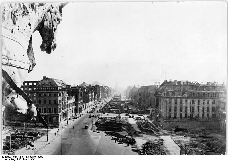 Bundesarchivruind_Bild_183-05876-0050,_Berlin,_Unter_den_Linden,_Ruinen,_Trümmer