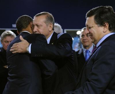 Erdogan-ve-obama-birbirlerine-boyle-sarildi