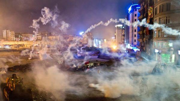 Ap_taksim_park_turkey_protest_fireworks_thg_130611_wg